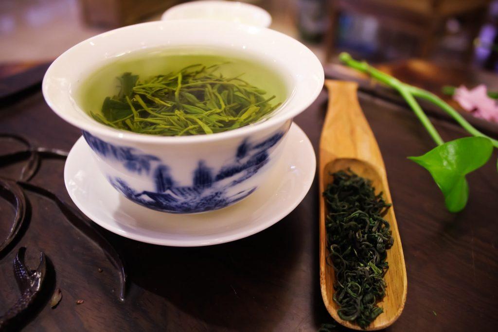 Свежий зеленый чай в кружке