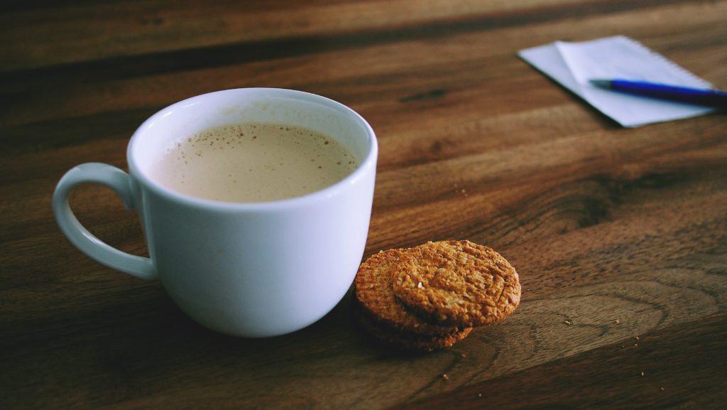 молочный чай с печеньем