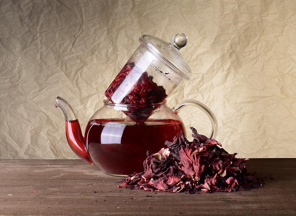 Чайник с лепестками гибискуса