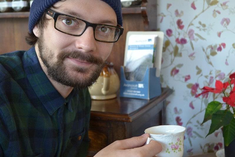Молодой парень с чашкой чая