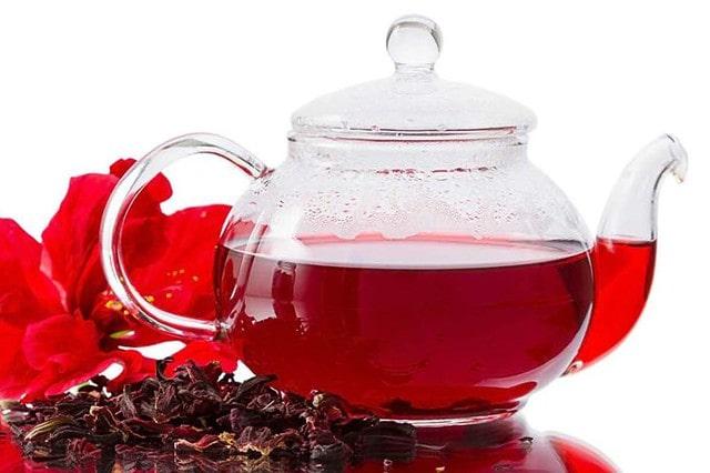 Заварной чайник, наполненный каркаде