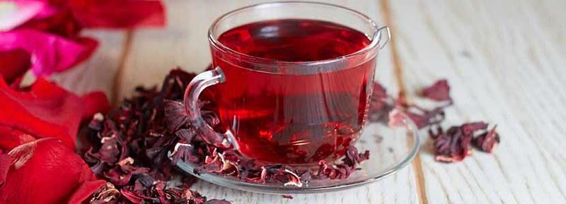 стеклянная кружка с чаем каркаде