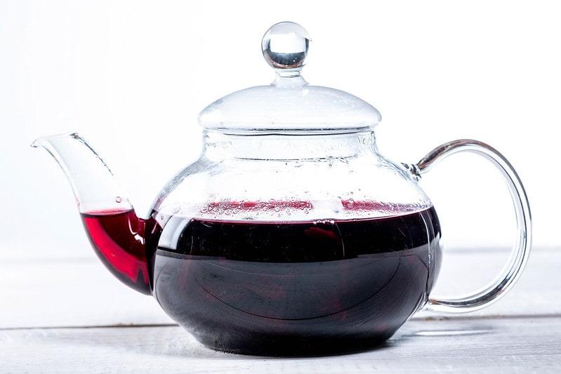 Наполовину заполненный чайник с каркаде