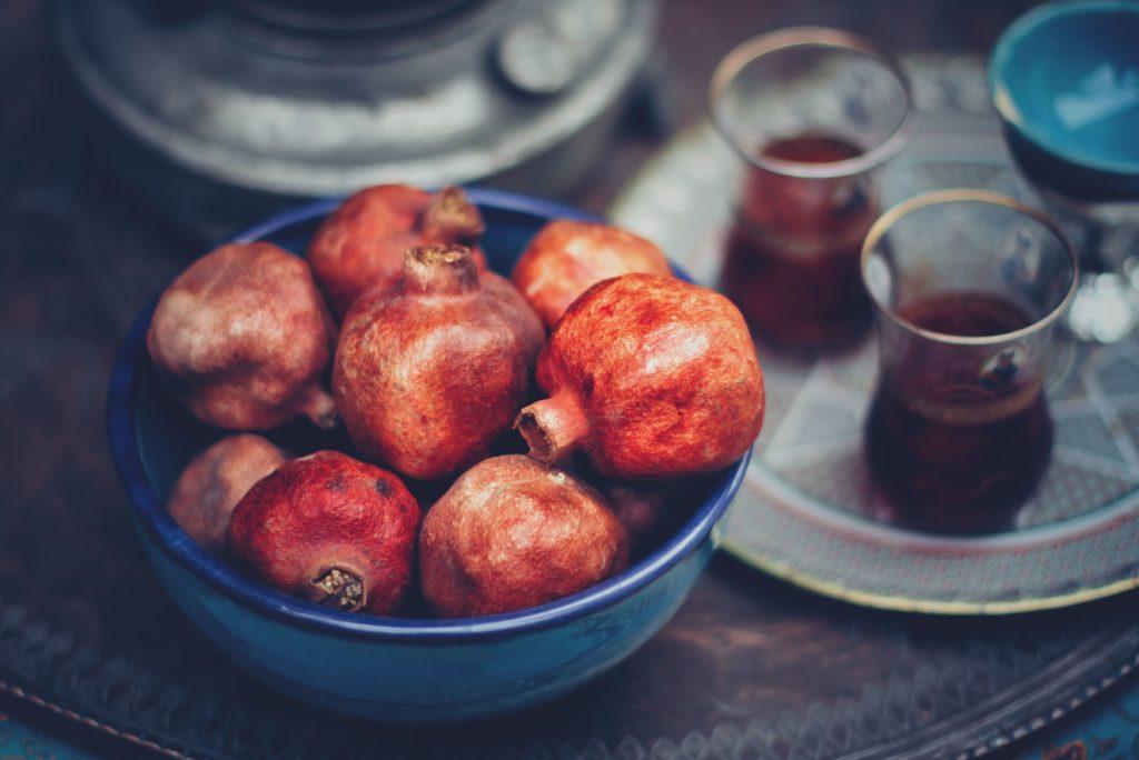 плоды граната в тарелке для фруктов
