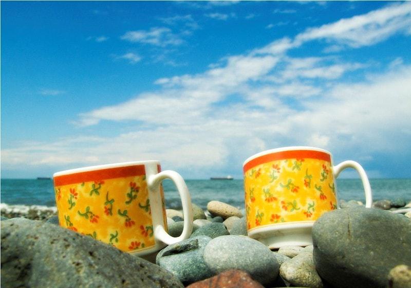 Кружки чая у моря