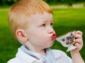 Мальчик пьет чай из кружки