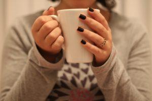 Кружка чая в руках женщины