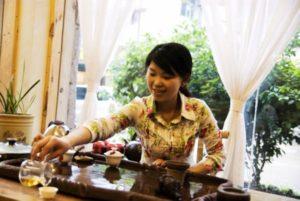 Китаянка заваривает чай
