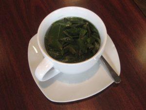 зеленый чай в белой чашке