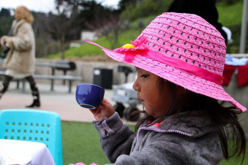 девочка пьет чай из кружки