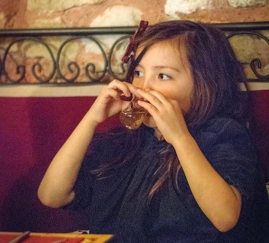 ребенок пьет чай с мятой