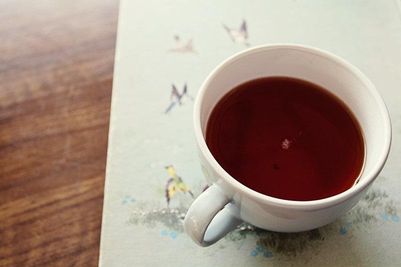 крепкий чай в кружке