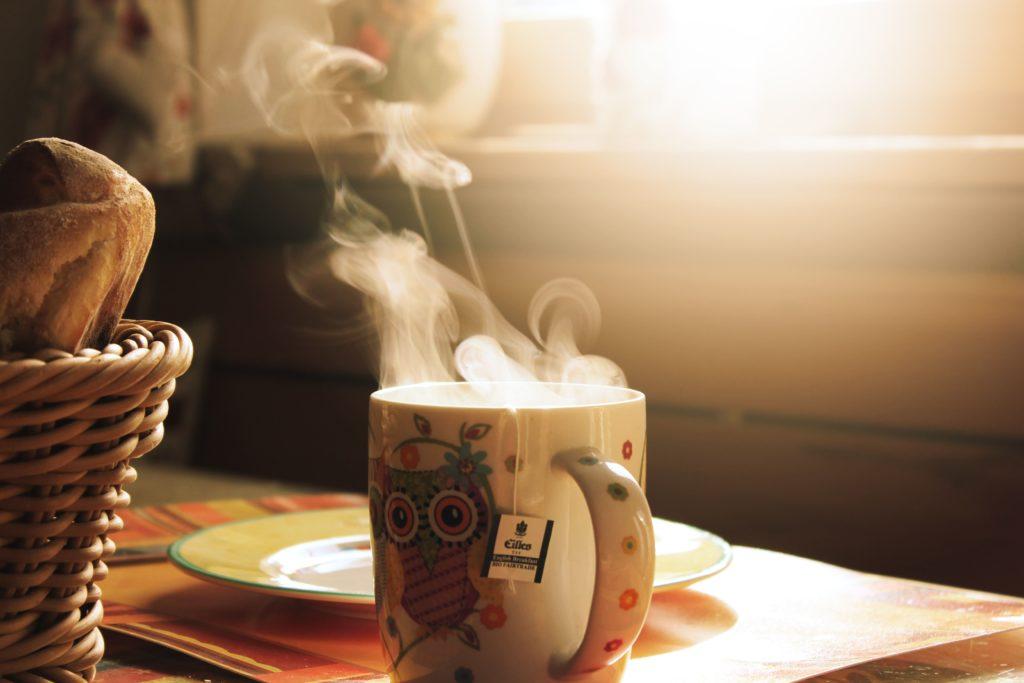 Горячий чай в кружке