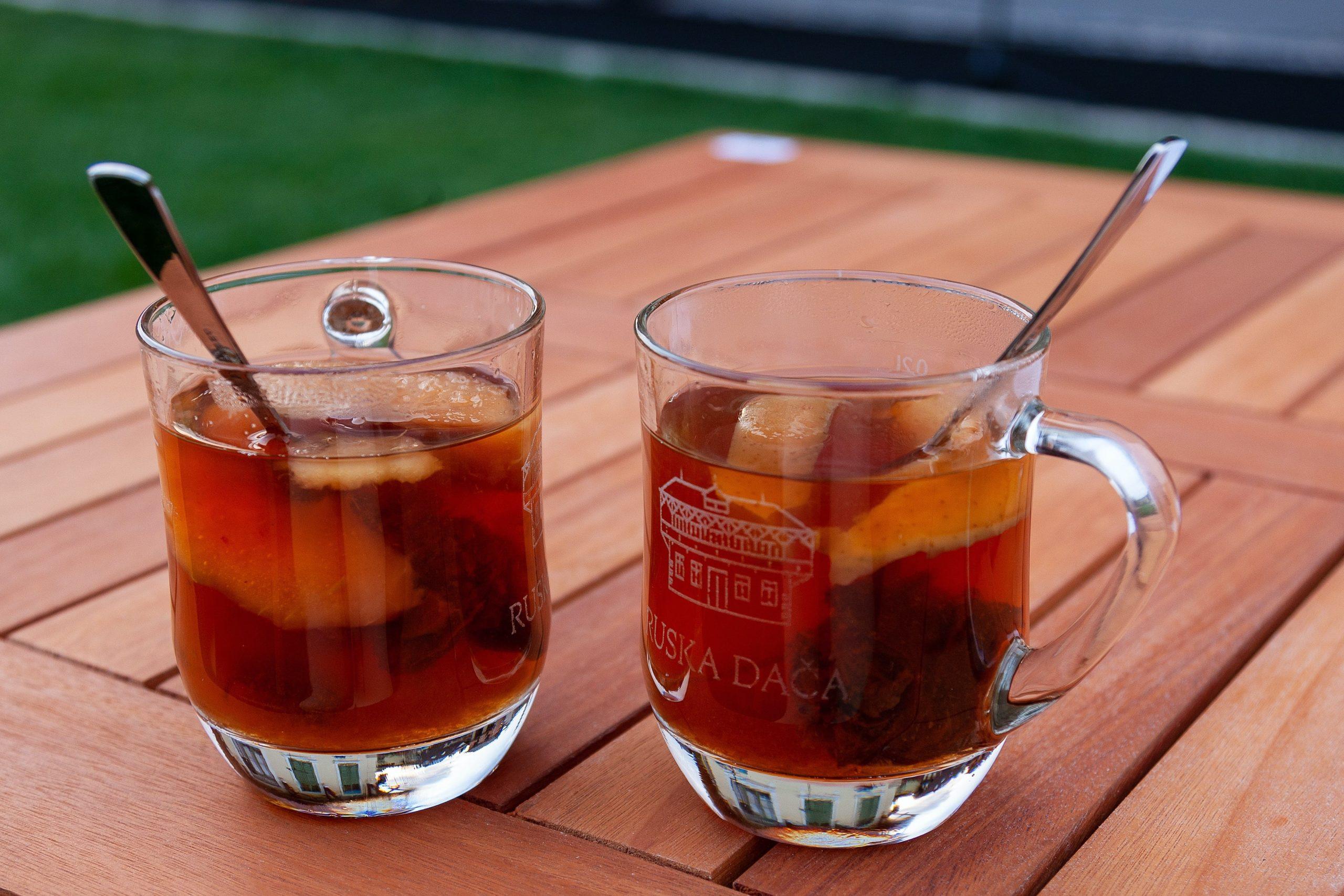 Две кружки с чаем