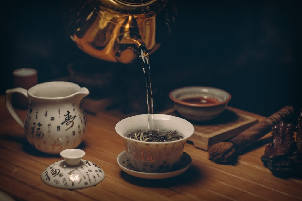 Заваривание чая горячей водой
