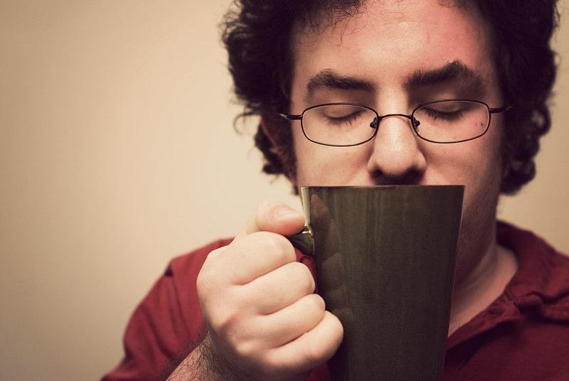 мужчина и кружка с чаем