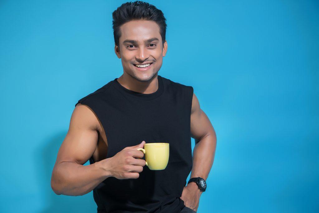 Мужчина с кружкой чай в руке