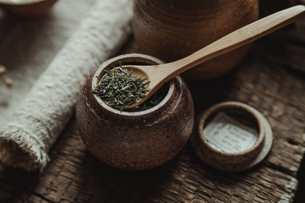 Зеленый чай в ложке