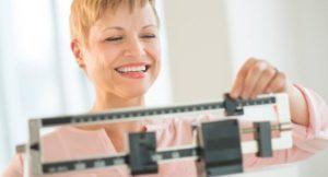 женщина регулирует весы