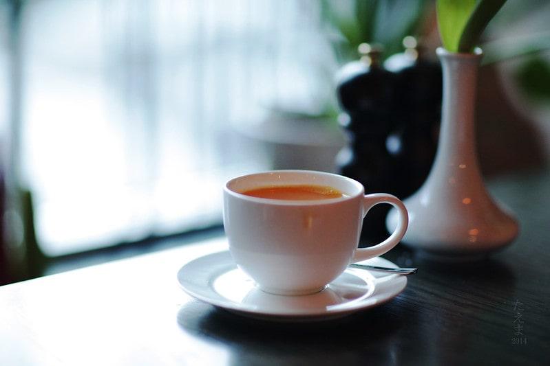 облепиховый чай в белой чашке