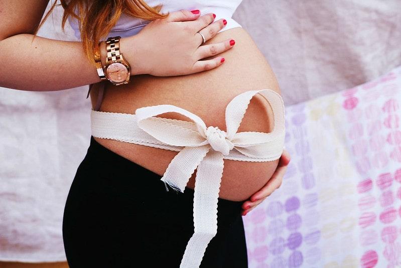 беременная девушка с бантом