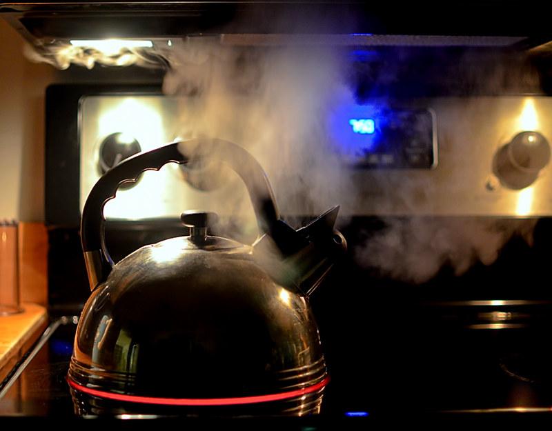 Закипает чайник на плите