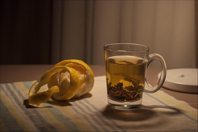 Зеленый чай в кружке на столе