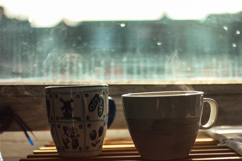2 кружки с чаем
